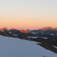 I primi raggi del sole indicano, nell'ordine, le vette più alte