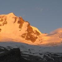 Un ultimo sguardo alla traccia che sale sul ghiacciaio, in uno splendido tramonto