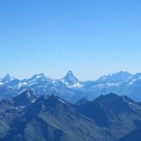 In distanza si intravedono il Cervino e il Monte Rosa