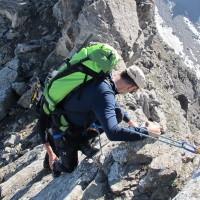 Fabio alle prese con i primi passi di arrampicata, in totale sicurezza