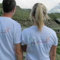 La mappa sulle spalle: Fabio e Luisa con la t-shirt di Giroparchi, la nuova rete di trekking natura. La Tersiva è sull'anello Viola...