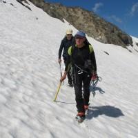 Si calzano i ramponi per affrontare il ghiacciaio